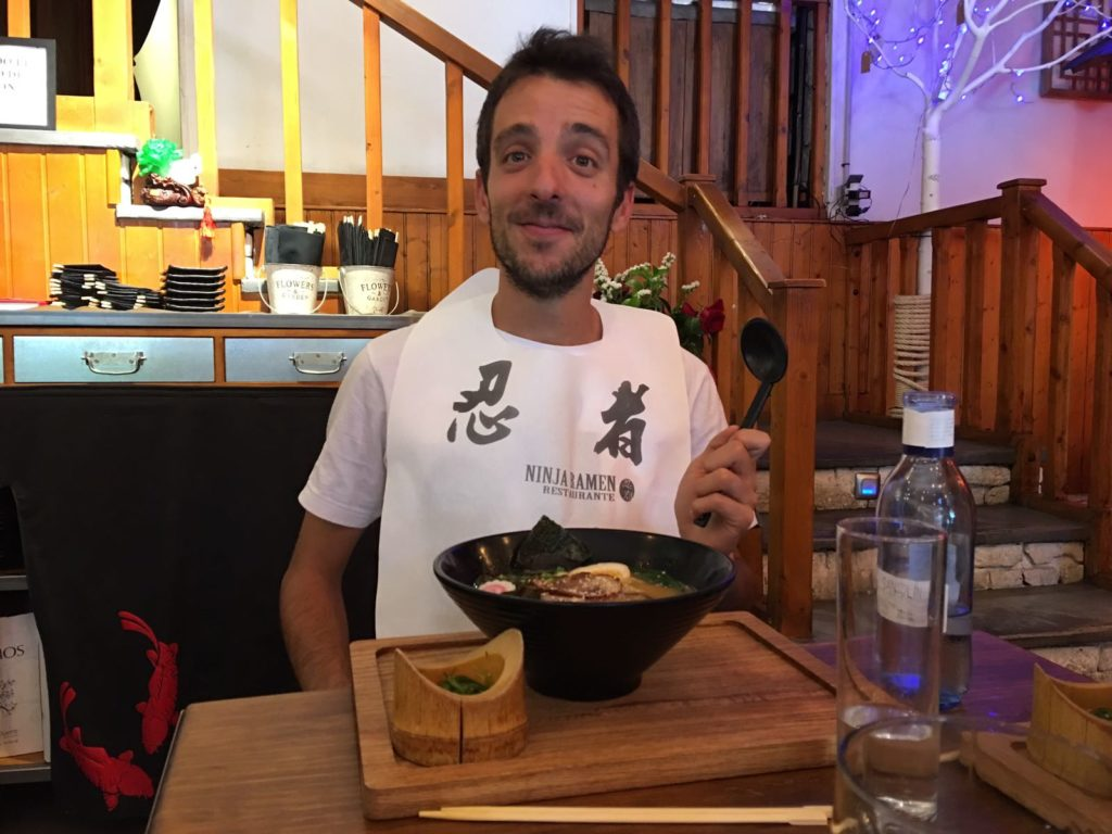 Rafa comiendo Ramen
